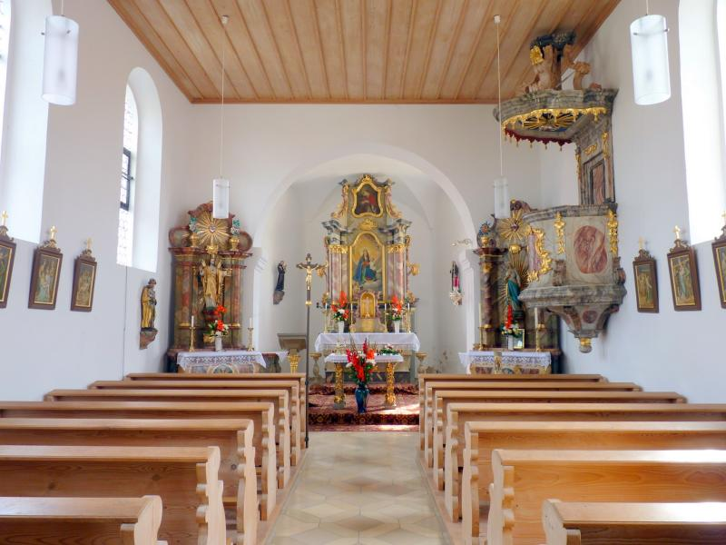 Altarraum der Kirche Maria Königin in Asang