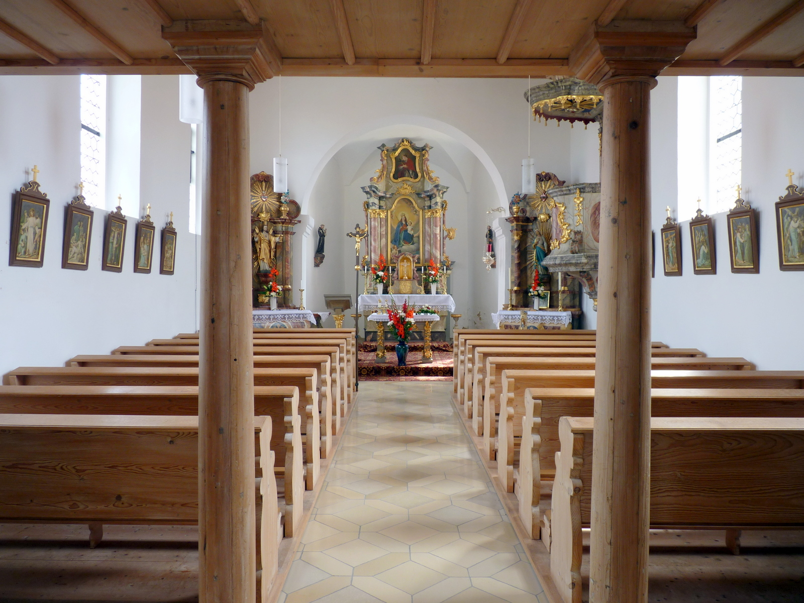 Innenraum der Kirche Maria Königin in Asang